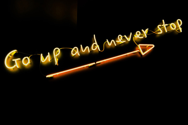"""""""Go up and never stop"""" lichtreclame, met de juiste vragen naar effectiviteit"""