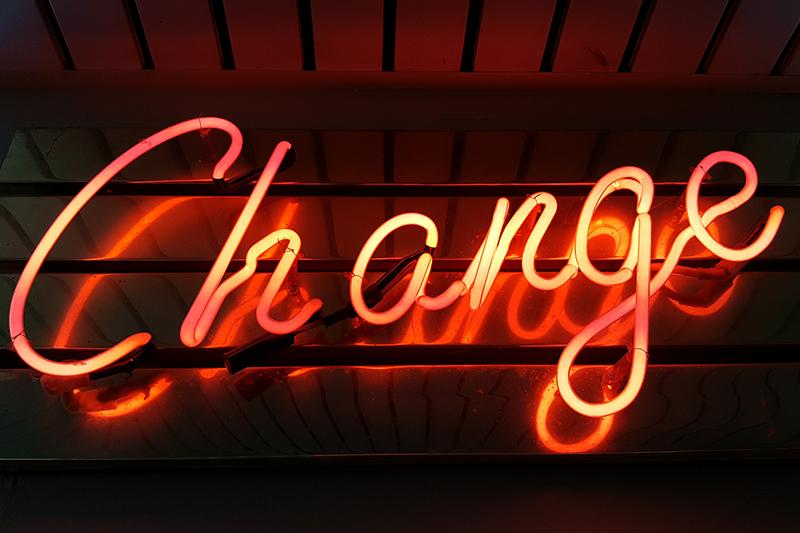 """Lichtreclame """"change"""", weg met alle angst en twijfel"""