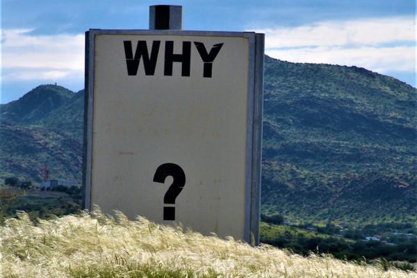 """Foto met de tekst """"why?"""" op een bord"""