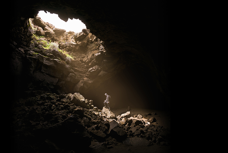 foto van persoon in grot bij artikel de 3 valkuilen van bescheidenheid en wat je eraan kan doen. Bureau Stroom Sterk Leiderschap