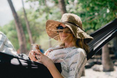 Foto vrouw in hangmat met iphone Bureau Stroom bij artikel Het weekend van zeven dagen