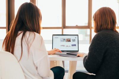 foto twee dames aan computerscherm voor artikel bureau stroom nieuwe klanten krijgen
