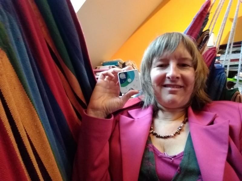 Inge houdt Healy in de hand in de hangmat in haar praktijkruimte